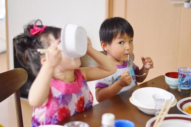 保育園のご飯をよく食べる子供